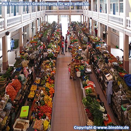 Buntes Angebot von in der schönen alten Markthalle von Mindelo auf der Insel São Vicente, Kap Verde –Fotos: Reisebericht Kapverden, kapverden.binobio.de