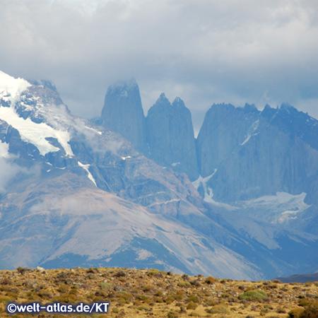 "Das Massiv mit den fast 3000 m hohen Türmen ""Los Torres del Paine"" im Nationalpark Torres del Paine"