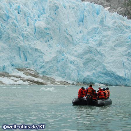 Mit dem Zodiac am blauen Gletschereis im Chico Sund, Pilot-Gletscher