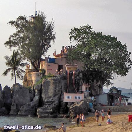 Felsen mit Cau Dinh Tempel und Leuchtturm in Duong Dong an der Mündung des Duong Dong River