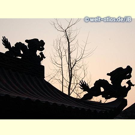 Mythologische Figuren auf dem Dach sollen das Böse vertreiben
