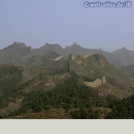 Endlos scheint sich die Mauer über die Berge zu schlängeln und Turm reiht sich an Turm