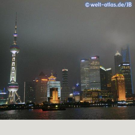 Pudong bei Nacht, Skyline mit Oriental Pearl Tower – Städtepartnerschaft Shanghai- Hamburg seit 1986