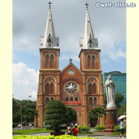 Die Kathedrale Notre-Dame mit der Marienstatue davor gehört zu den wichtigsten christlichen Bauwerken in Vietnam