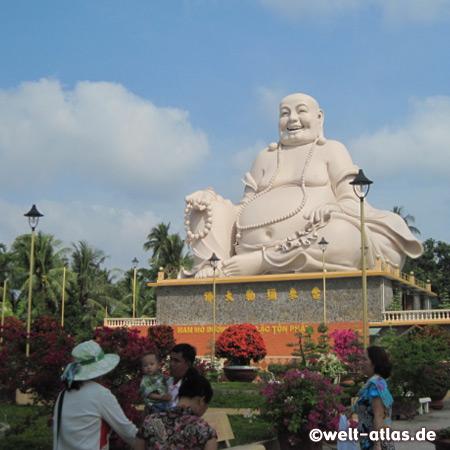 Der lächelnde Buddha der Vinh Trang Pagode in My Tho im Mekongdelta