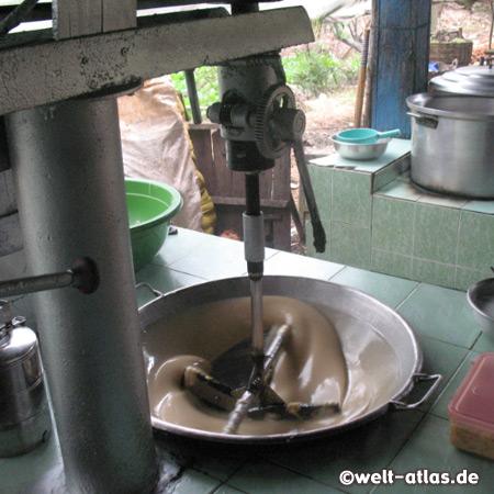 Hier im Mekong-Delta auf Unicorn Island werden die suessen Kokosnussbonbons hergestellt, die Bonbon-Masse wird gerührt