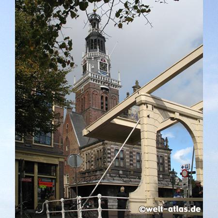 Turm des Käsemuseums in Alkmaar und historische Klappbrücke