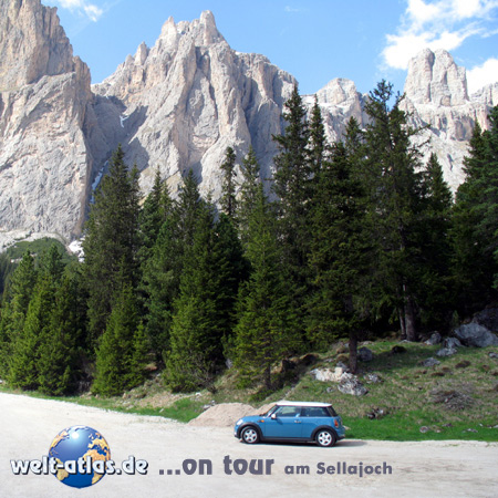 welt-atlas ON TOUR, mit Mini am Sellajoch, Trentino, Italien