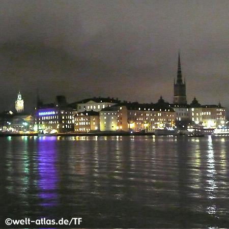 Riddarholmen bei Nacht, Riddarholmskyrkan mit Altstadt, Stockholm, Schweden