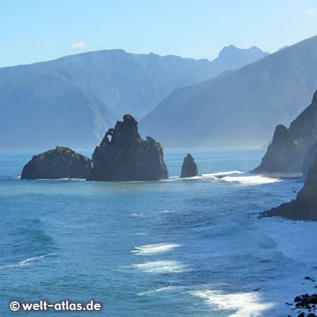 Wilde Felsformationen an der Küste bei Porto Moniz, Madeira