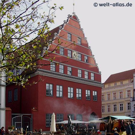 """Greifswald, barockes Rathaus mit schönem Giebel, """"Rotes Rathaus"""", Mecklenburg-Vorpommern"""