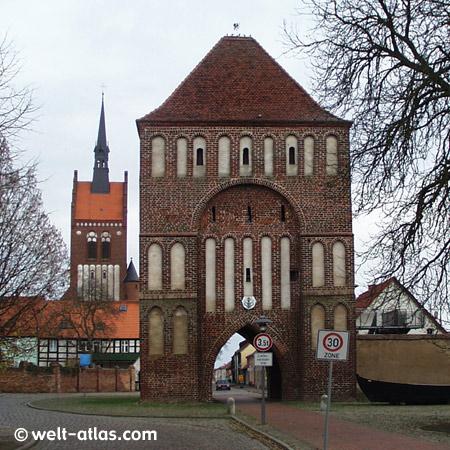 Anklamer Tor und St.-Marien-Kirche in Usedom