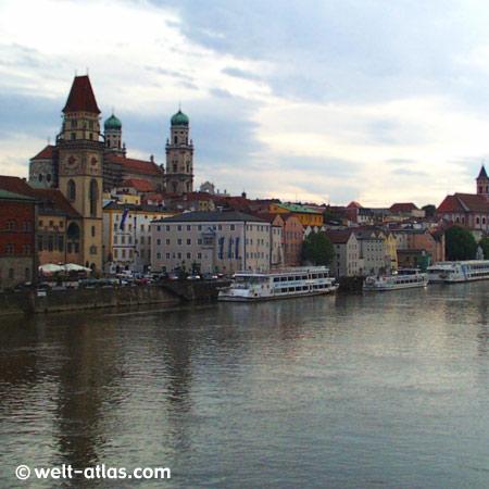 Altstadt von Passau. Donauufer, im Vordergrund das Rathaus, dahinter der Dom St. Stephan und die Votivkirche