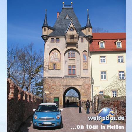 welt-atlas on tour in Meißen, vor dem Burgtor der Albrechtsburg