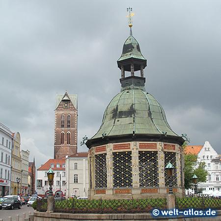 Der Brunnen Wasserkunst Wismar und Marienkirche auf dem Marktplatz