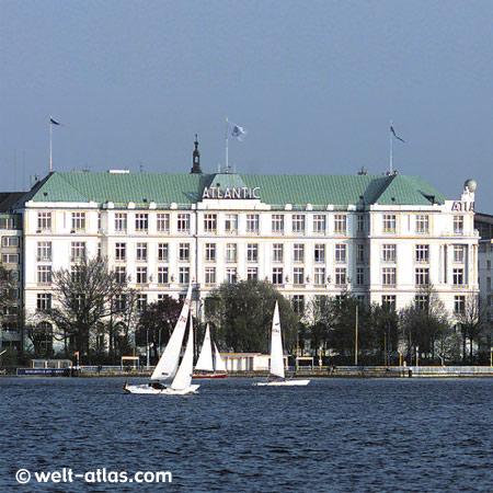 Segelboote auf der Alster, Außenalster mit Hotel Atlantic