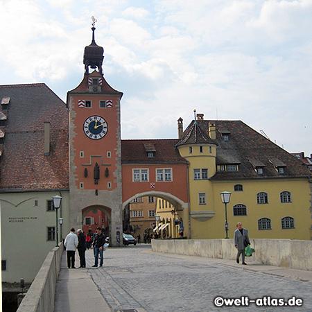 Der Regensburger Brückturm an der Steinernen Brücke über die Donau, links der Salzstadel, heute Besucherzentrum Welterbe Regensburg