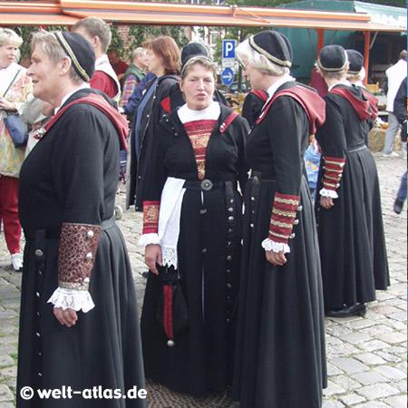 Spezialitätenmarkt in Garding,Frauen in Trachten