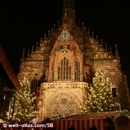 Christkindlesmarkt vor dem Portal der Frauenkirche auf dem Hauptmarkt in Nürnberg