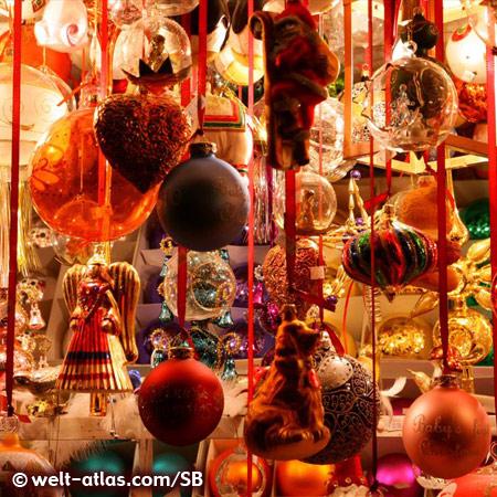 Lichterglanz und bunte Kugeln auf dem Nürnberger Christkindlesmarkt, traditionsreicher Weihnachtsmarkt in Franken