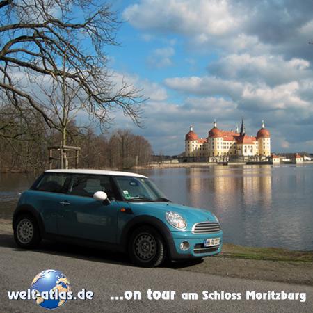welt-atlas on tour vor dem Barockschloss Moritzburg, rund 10 km von Dresden entfernt