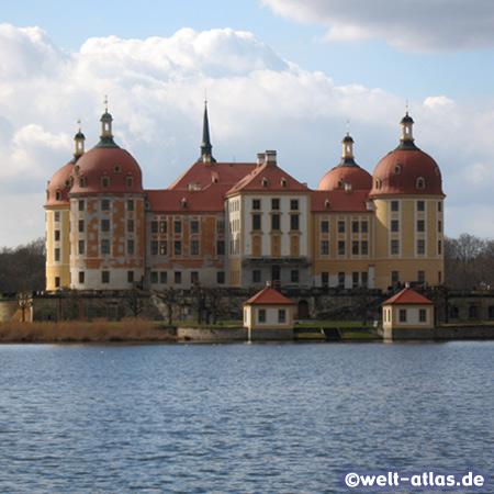 Das prächtige Barockschloss Moritzburg, rund 10 km von Dresden entfernt