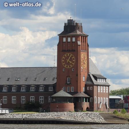 Uhr am Turm der Lotsenstation Seemannshöft, Eingang zum Hamburger Hafen