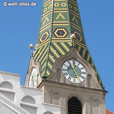 Uhr an einem der schönen Türme der Stadtpfarrkirche St. Walburga in Beilngries