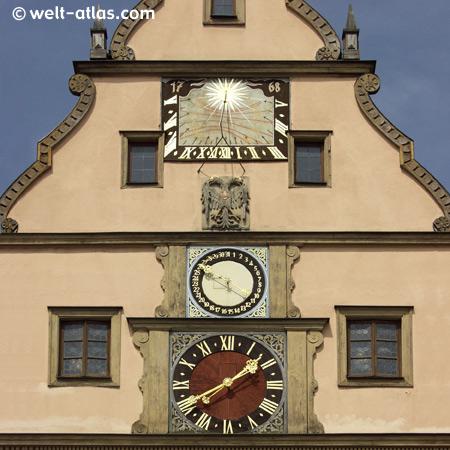 Kunstuhr am Giebel der Ratstrinkstube,Rothenburg ob der Tauber, Mainfranken,Bayern, Deutschland