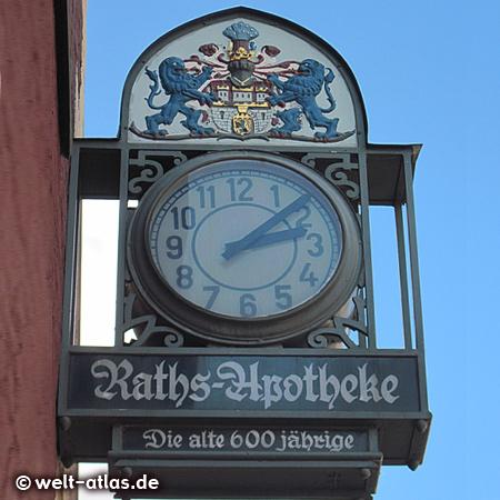 Uhr und Wappen an der 600 Jahre alten Raths-Apotheke in Lüneburg