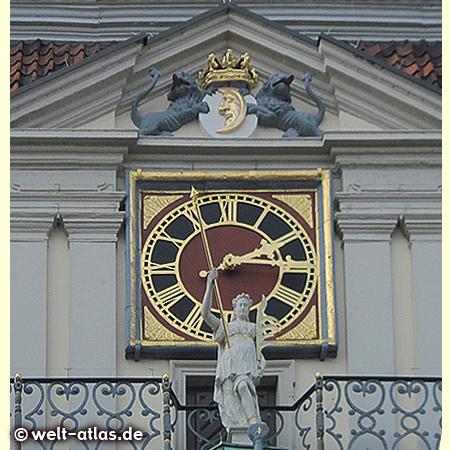 Uhr an der Marktfassade des Lüneburger Rathauses