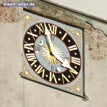 Uhr am Turm des Rathauses (Nord-Westseite) von Frankfurt (Oder) in Brandenburg
