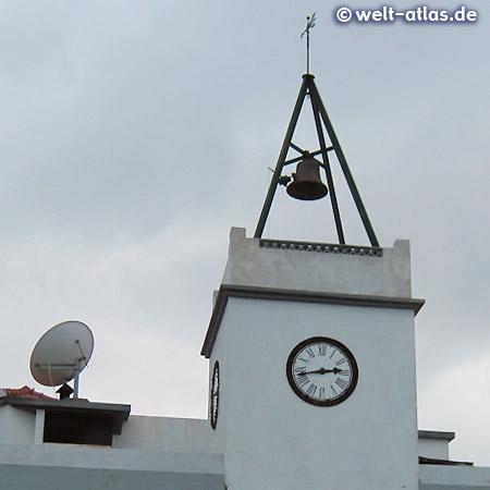 """""""O Relógio"""" ist das Gebäude der Korbwarenfabrik in Camacha, benannt ist der Bau mit Glockenturm nach der Turmuhr"""