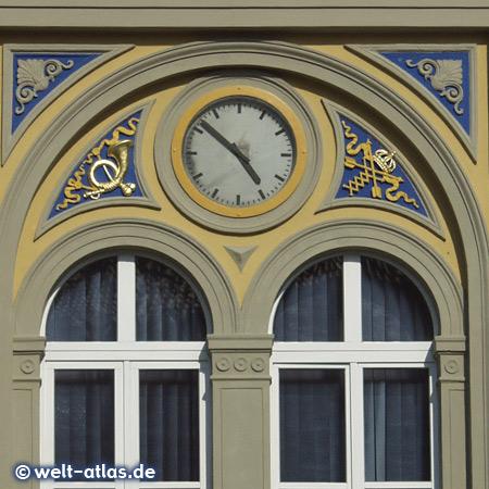 Uhr an der ehemaligen Alten Post zu Mühlhausen