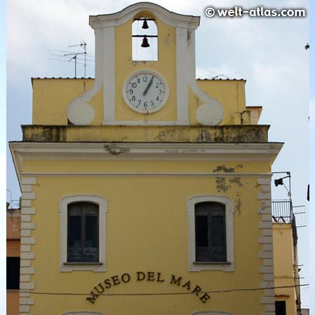 Uhr am Turm des Meeresmuseum von Ischia in Ischia-Ponte, Museo del Mare