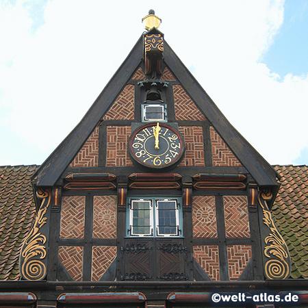 Uhr am Giebel des Alten Rathauses, Fassade mit schönem Fachwerk von Wilster, Renaissance-Bau, 1585