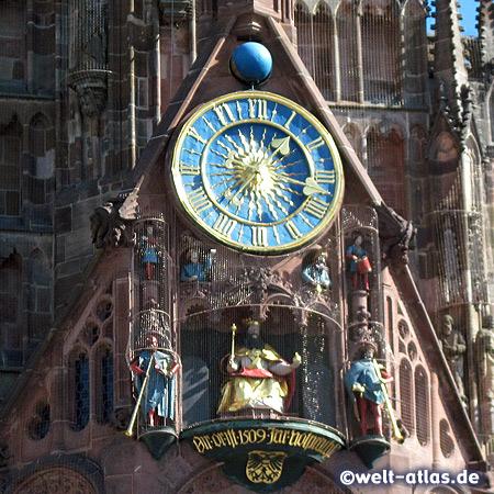 """Die bekannte Uhr an der Frauenkirche in Nürnberg, hier findet jeden Tag um 12 Uhr das""""Männleinlaufen""""  statt"""