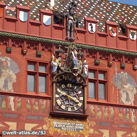 Uhr und Wandmalerei am Rathaus in Basel, Schweiz