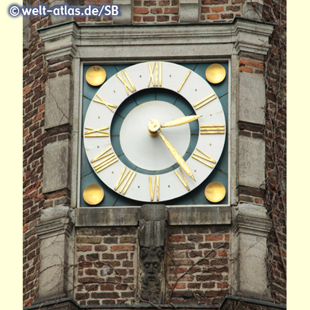 Uhr am historischen Rathaus der Stadt Düsseldorf