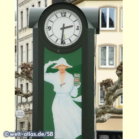 Uhr auf dem Burg-Platz in Düsseldorf