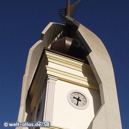 Uhr am Hallenbad in Eger, Architekt Imre Makovecz, Ungarn
