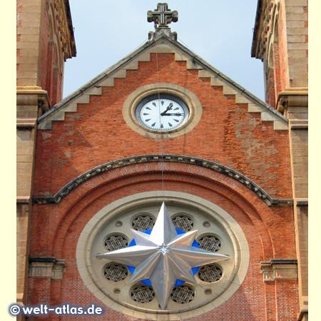 Uhr an der Kathedrale Notre Dame in Ho-Chi-Minh-Stadt (Saigon)