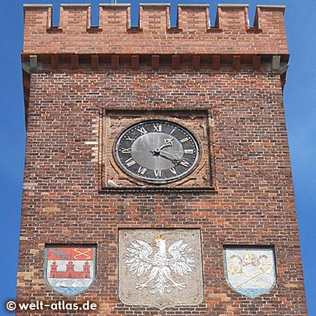 Uhr und Wappen am Turm des Rathauses von Kolobrzeg