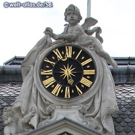 Uhr am Giebel über dem Nordportal,Schloss Benrath