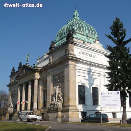 Der Miejski Dom Kultury, das städtische Kulturhaus, ehemalige Oberlausitzer Ruhmeshalle in der polnischen Nachbarstadt von Görlitz