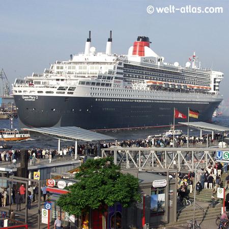 Queen Mary 2, Landungsbrücken, Hamburg, Schaulustige, buntes Treiben