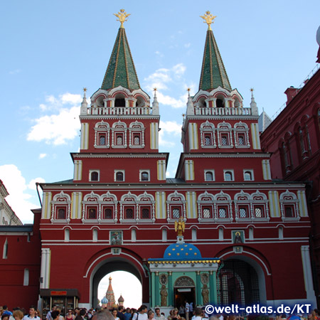 Durch das Auferstehungstor kann man die Basilius Kathedrale sehen, es ist einer der Eingänge zum Roten Platz, Rekonstruktion