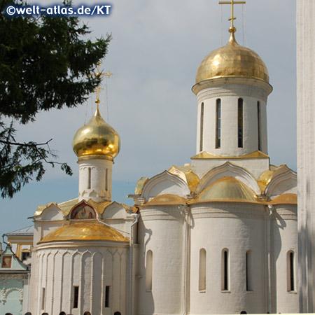 Dreifaltigkeitskathedrale und Turm der Nikon-Kirche im Dreifaltigkeitskloster, UNESCO Weltkulturerbe in Sergijew Possad nahe Moskau