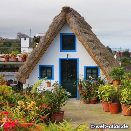 Casas de Colmo, die typischen bunten Häuser in Santana neben dem Rathaus
