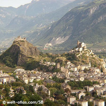 Altstadt von Sion mit Blick auf die Hügel Tourbillon (Schloßruine) und Valeria (Burg und Kirche)